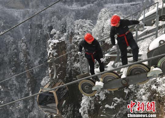 武陵源风景区天子山索道工作人员在索道支架上巡检。 吴勇兵 摄