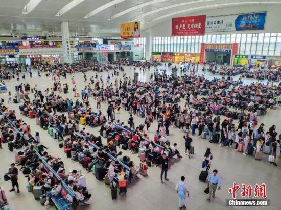 10月7日,福州火车站迎来国庆黄金周旅客返程高峰,旅客到达合计超20万人次;学生、探亲、旅游返程客流密集,到达和出发呈现双向高峰。据统计,从9月28日至10月7日结束,福州火车站预计共运输旅客超100万人次。 <a target='_blank'  data-cke-saved-href='http://www.chinanews.com/' href='http://www.chinanews.com/'><p  align=