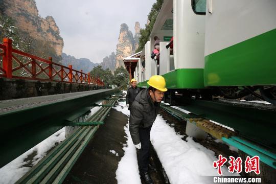 武陵源风景区十里画廊观光电车工作人员检查电车钢轨运行情况。 吴勇兵 摄