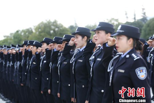 图为民警宣誓 云南出入境边防检查总站供图 摄