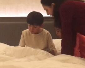 妻子携诺一与女儿探班刘烨讲法语 画面非常温馨