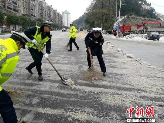 广西雨雪冰冻天气致多条道路交通中断