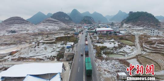 图为航拍受雨雪冰冻天气影响的国道210线南丹六寨镇路段。警方供图