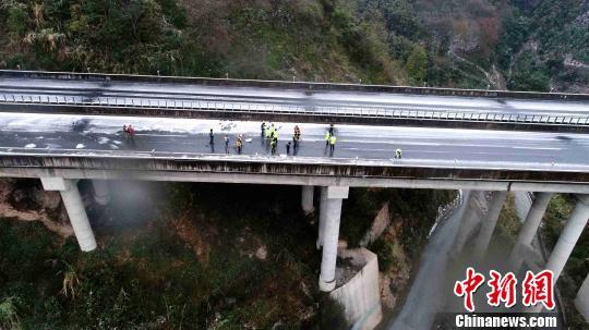 图为当地警方和相关部门联合在G75兰海高速公路广西南丹段进行除冰作业。警方供图