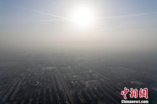 11月30日,山西省太原市被雾霾笼罩。据当地气象台发布消息显示,太原实时空气质量指数全天在238左右徘徊,达到重度污染。<a target='_blank'  data-cke-saved-href='http://www.chinanews.com/' href='http://www.chinanews.com/'><p  align=