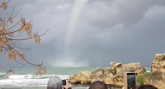 壮观!塞浦路斯海岸惊险龙吸水自然奇观(图)