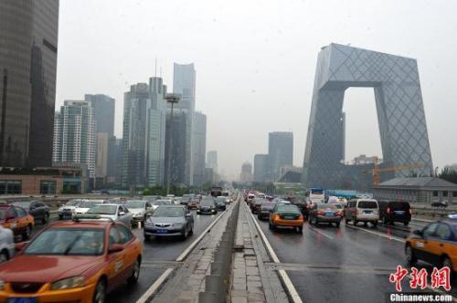 资料图:晚高峰国贸桥车流。<a target='_blank'  data-cke-saved-href='http://www.chinanews.com/' href='http://www.chinanews.com/' ><p  align=