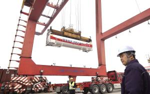 中国首次LNG罐式集装箱江海联运完成卸载