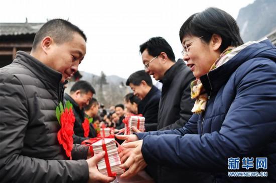 """(社会)(4)农村股份制合作社让农民领上""""年终奖"""""""