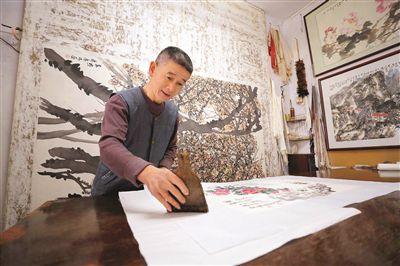 绮云阁书画装裱技艺为家传,传至王伟华已是第五代。  本报记者张艺明 摄