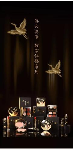 故宫淘宝推出的仙鹤系列眼影、腮红、口红。故宫淘宝微信公众号截图
