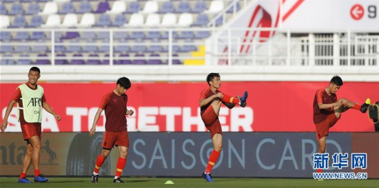 (亚洲杯)(1)足球——中国队进行场地适应训练