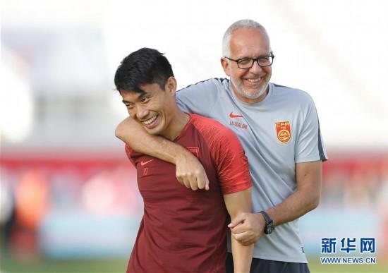 (亚洲杯)(5)足球——中国队进行场地适应训练