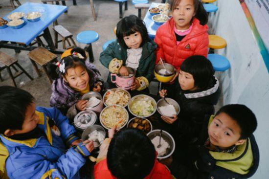 """""""爱心厨房""""为1458名贫困学生解决就餐问题"""
