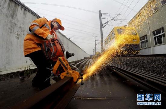 (社会)(1)上海举行高铁维修技能演练