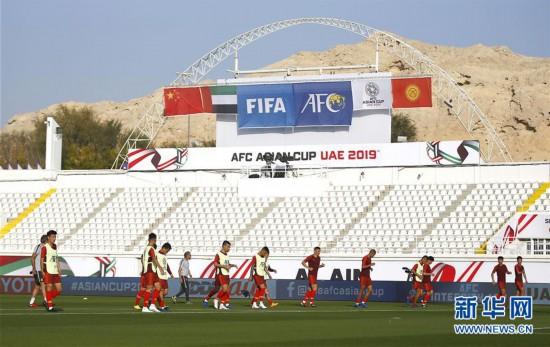 (亚洲杯)(2)足球——中国队进行场地适应训练