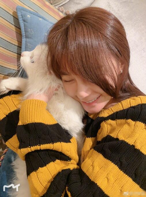 沈梦辰晒睡前撸猫美照 画面十分温馨有爱