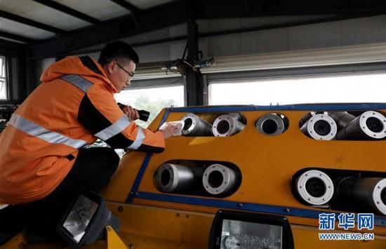 活动上,高铁维修工展开轨道修复,接触网保障,电路维护和检测车辆保障