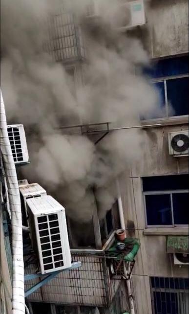 镇江润州一小区起火 两名职员及时救出被困老人