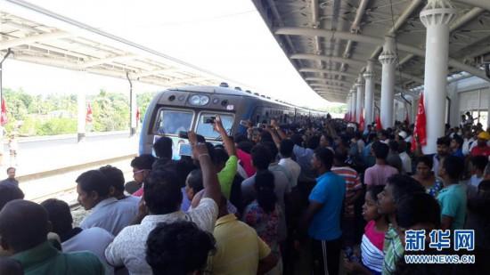 (国际)(1)中企承建斯里兰卡南部铁路项目试通车