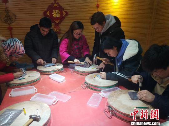 """洋学生拜师中国""""老""""师傅体验铁板浮雕创作艺术"""