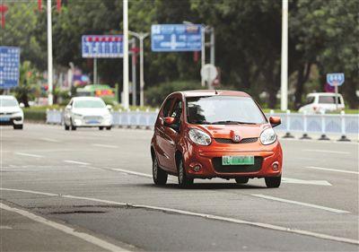新规要求新能源汽车轴距不小于2650毫米。  本报记者张艺明 摄