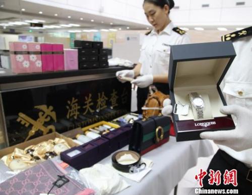 资料图:海关工作人员正在清点查获的韩国代购品。万学玲 摄