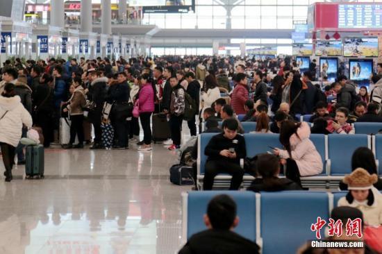 资料图:春运时车站内人头攒动。<a target='_blank'  data-cke-saved-href='http://www.chinanews.com/' href='http://www.chinanews.com/'><p  align=