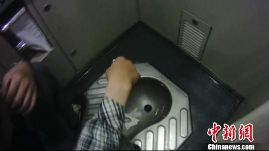 湖北男子坐动车吸烟致列车减速调查期间暴力袭警被拘