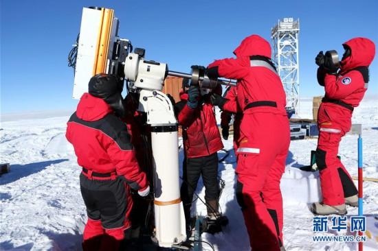 中国科考队员在昆仑站安装太阳多色望远镜