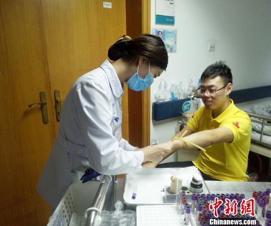 图为捐献造血干细胞前,郭强在打动员剂。 张予 摄