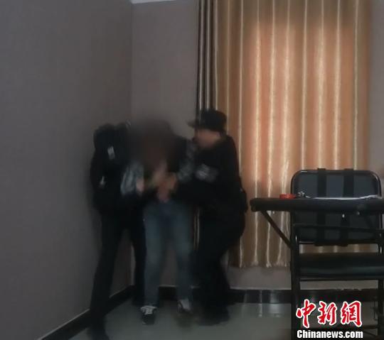 图为,民警再度将该男子张某控制 周磊 摄