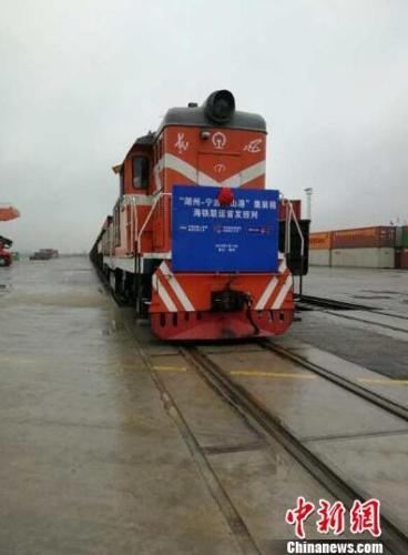 开往宁波舟山港方向的海铁联运班列从湖州西铁路货场驶出。中国铁路上海局集团有限公司提供