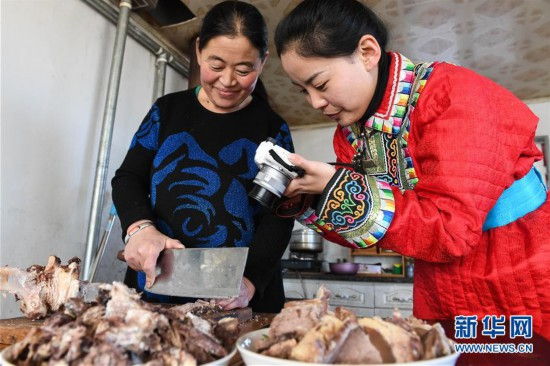 """(社会)(6)蒙古族姑娘返乡创业 记录牧区生活成""""网红"""""""