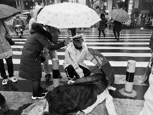 雨雪天老人被撞伤 常州溧阳交警脱雨衣垫身下路人接力撑伞