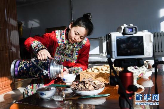 """(社会)(1)蒙古族姑娘返乡创业 记录牧区生活成""""网红"""""""