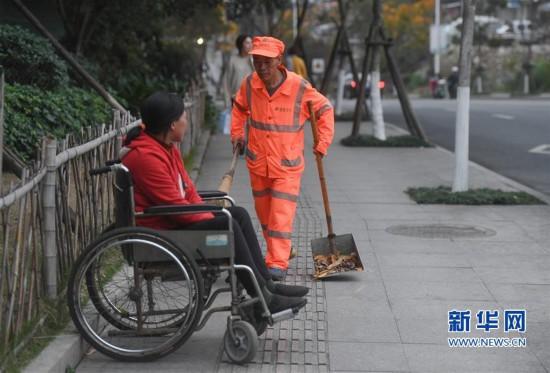 [精彩]龙岩新罗:有一种爱,叫坐着轮椅陪你扫马路