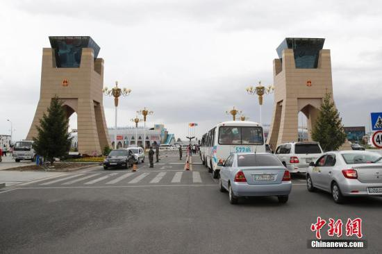 5月17日,哈萨克斯坦车辆通过中哈霍尔果斯国际边境合作中心两国连接通道。中哈霍尔果斯国际边境合作中心是建立在中国和哈萨克斯坦两国霍尔果斯口岸的跨境经济贸易区和区域合作项目,是中国与其他国家建立的首个国际边境合作中心,也是上海合作组织框架下区域合作的示范区。中心实行封闭式管理,主要功能是贸易洽谈、商品展示和销售、仓储运输、宾馆饭店、商业服务设施、金融服务、举办各类区域性国际经贸洽谈会等。<a target='_blank'  data-cke-saved-href='http://www.chinanews.com/' href='http://www.chinanews.com/'><p  align=