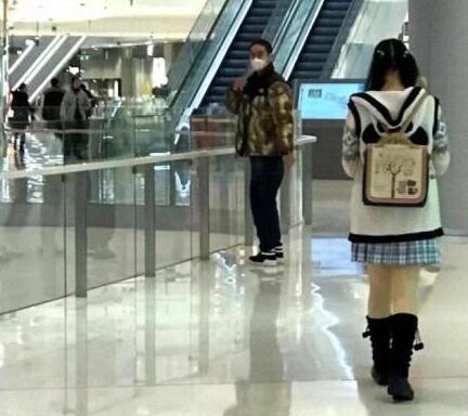 蒋劲夫长沙逛街被偶遇 看到自己被拍后转身就跑