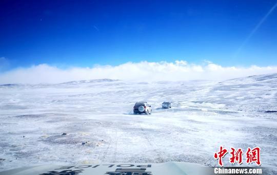 西藏自治区森林公安局羌塘国家级自然保护区冬季联合巡护专项行动巡护队阿里组,对阿里地区境内的羌塘国家级自然保护区开展了巡护工作,行程5300多公里,巡护区域未发现违法行为。图为巡护队在白雪覆盖的保护区内巡护。 阿里地区森林公安局供图 摄