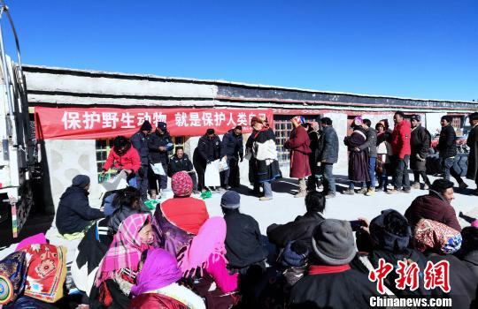 西藏自治区森林公安局羌塘国家级自然保护区冬季联合巡护专项行动巡护队阿里组,对阿里地区境内的羌塘国家级自然保护区开展了巡护工作,行程5300多公里,巡护区域未发现违法行为。图为巡护队在保护区内的牧区开展宣教活动。 阿里地区森林公安局供图 摄