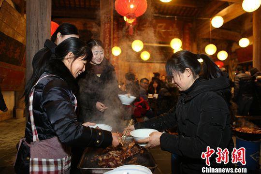 如今在黟县,年猪宴这项传统习俗已延伸到乡村旅游中,每到冬至过后,很多游客都会慕名而来,体验乡里乡情,形成了一种特有的旅游经济,带火了冬季的乡村旅游。<a target='_blank'  data-cke-saved-href='http://www.chinanews.com.chicylove.com/' href='http://www.chinanews.com.chicylove.com/'><p  align=