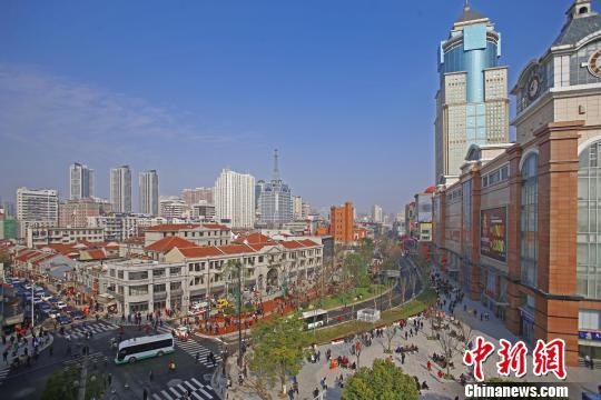 图为,武汉市江汉区中山大道 江汉宣 摄