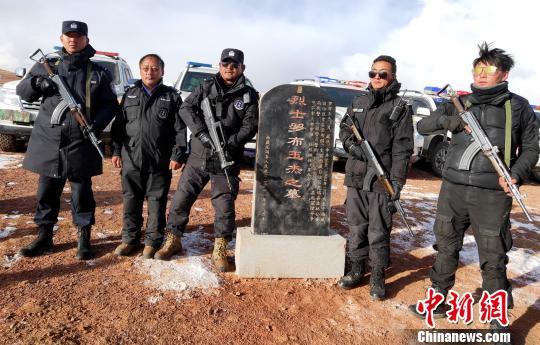 西藏自治区森林公安局羌塘国家级自然保护区冬季联合巡护专项行动巡护队阿里组,对阿里地区境内的羌塘国家级自然保护区开展了巡护工作,行程5300多公里,巡护区域未发现违法行为。图为巡护队在保护烈士墓前合影。 阿里地区森林公安局供图 摄