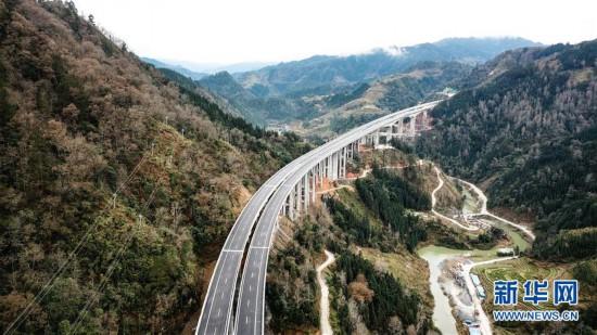 (经济)(1)贵州荔榕高速建成通车