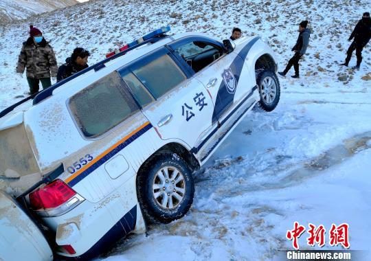 西藏自治区森林公安局羌塘国家级自然保护区冬季联合巡护专项行动巡护队阿里组,对阿里地区境内的羌塘国家级自然保护区开展了巡护工作,行程5300多公里,巡护区域未发现违法行为。图为巡护路况差,巡护队车辆受阻。 阿里地区森林公安局供图 摄