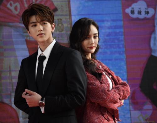 蔡徐坤(左)