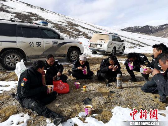 西藏自治区森林公安局羌塘国家级自然保护区冬季联合巡护专项行动巡护队阿里组,对阿里地区境内的羌塘国家级自然保护区开展了巡护工作,行程5300多公里,巡护区域未发现违法行为。图为巡护队风餐露宿,每日午餐主要以方便面为主。 阿里地区森林公安局供图 摄