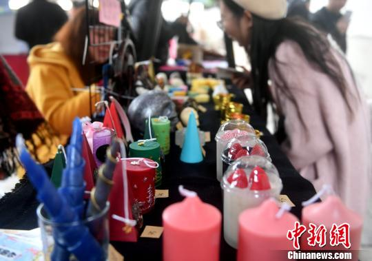 全国40个知名文创品牌的1000多款网红文创产品在宗陶斋年货区集中展出。 吕明 摄