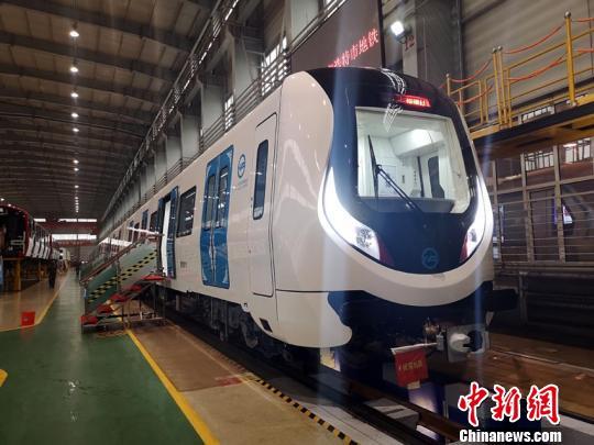 内蒙古首列地铁车在长春下线系国内最轻铝合金地铁